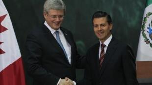 El presidente mexicano, Enrique Peña Nieto, y el primer ministro canadiense, Stephen Harper (izquierda), después de dirigirse a los medios el 18 de febrero de 2014, en el Palacio Nacional de Ciudad de México.