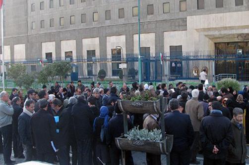 گروهی از کارگران طی تجمعی در مقابل مجلس شورای اسلامی، علیه لایحه اصلاح قانون کار اعتراض کردند