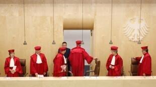 Los jueces alemanes dejan la Corte después del anuncio de su decisión sobre el MES y el Pacto Presupuestal, este 12 de septiembre de 2012.