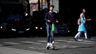 A patinete elétrica é apresentada como uma solução alternativa para curtas distâncias.