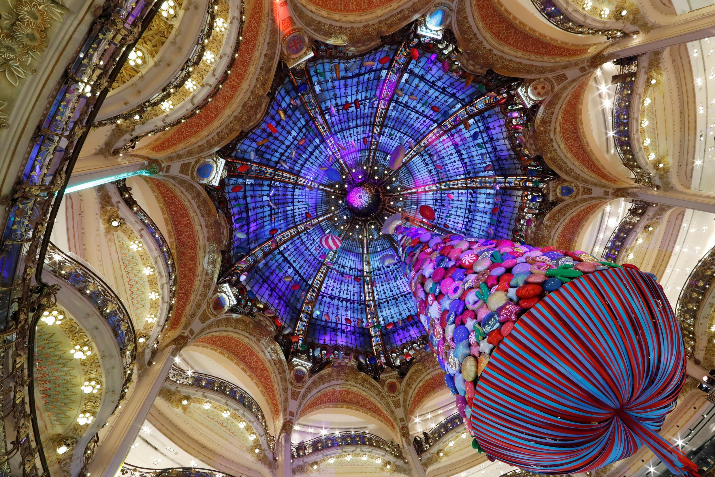 Рождественская ель в Галери Лафайетт, Париж, Франция.