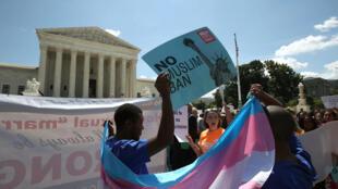 Manifestation devant la Cour suprême après l'arrêt approuvant la légalité du décret présidentiel qui durcit les conditions d'entrée aux Etats-Unis des ressortissants en provenance de certains pays majoritairement musulmans, à Washington, le 26 juin 2018.