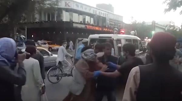 阿富汗國際機場系列襲擊事件疑似傷者被救護車送往醫院