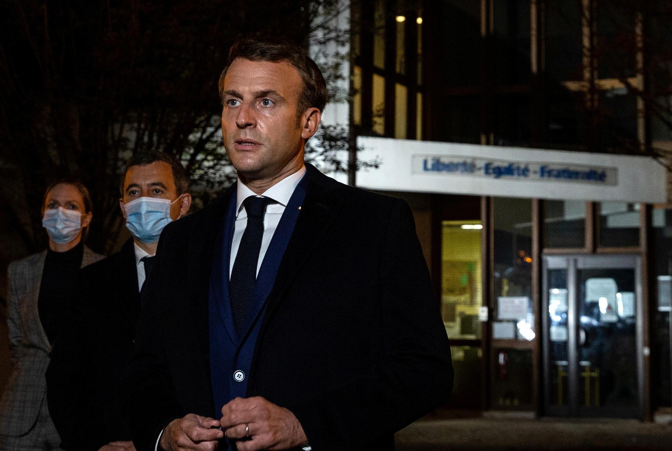 Президент Франции Эмманюэль Макрон у школы в Конфлан-Сент-Онорин, возле которой был убит преподаватель Самюэль Пати, 16 октября 2020 г.