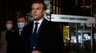 Le président Macron devant le collège Bois d'Aulne à Conflans-Sainte-Honorine, vendredi 16 octobre quelques heures après l'assassinat de Samuel Paty, qu'il a qualifié d'«attentat terroriste islamiste caractérisé».