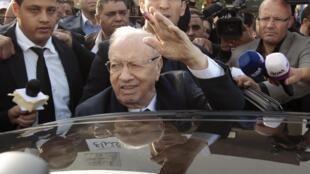 الباجی قائد السبسی- رهبر حزب ندای تونس، برنده دور نخست انتخابات ریاست جمهوری در تونس.