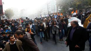 """پلیس ضد شورش ترکیه در حال متفرق کردن جمعیتی که در اعتراض به بازداشت رهبران """"حزب دمکراتیک خلقها"""" در استانبول به خیابان ریخته بودند. ۱۵ آبان/ ۵ نوامبر ٢٠۱۶"""