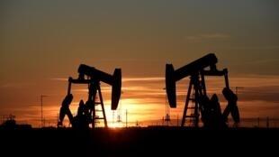 Selon le ministre de l'Énergie des Émirats arabes unis, les membres de l'Opep et leurs alliés se sont mis d'accord samedi pour prolonger d'un mois l'actuelle réduction de la production de pétrole décidée en avril.
