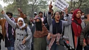Des manifestants crient des slogans lors d'une manifestation contre la nouvelle loi sur la citoyenneté, à New Delhi, en Inde, le 27 décembre 2019.