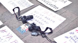 «Vous ne tuez pas les journalistes tuant la vérité» est inscrit sur la pancarte lors d'une manifestation à la suite du meurtre du photo-journaliste Daniel Esqueda, au Mexique le 6 octobre 2017.
