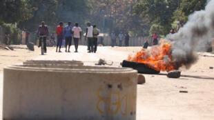 Um pneu a arder no bairro de Mufakose, em Harare, neste 6 de Julho.