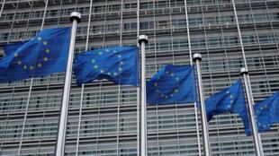 Les drapeaux de l'UE flottent au siège de la Commission européenne à Bruxelles.