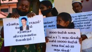 Près de la ville de Trincomalee, au nord-est du Sri Lanka, des familles de personnes disparues pendant la guerre demandent une enquête internationale, en mars 2015.