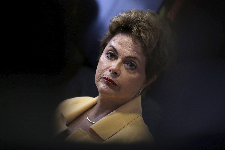 Dilma Rousseff qui ne bénéficie plus que d'à peine 10% de soutien pour sa gestion du pays, doit faire face à la grogne de l'opposition, du Congrès et même du PMDB, le parti du mouvement démocratique brésilien, membre de la coalition gouvernementale.