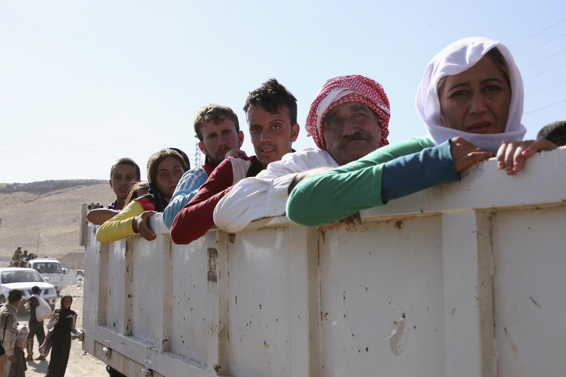 Cộng đồng thiểu số Yezidi di tản khỏi vùng Dohuk - REUTERS /Ari Jalal