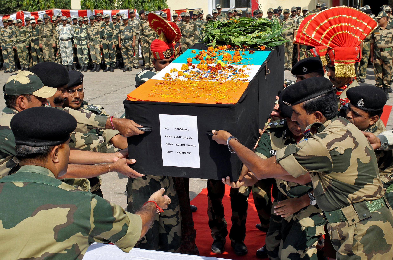 Biên phòng Ấn Độ chuyển thi hài một binh sĩ thiệt mạng trong cuộc chạm súng tại biên giới với Pakistan hôm 24/10/2016.