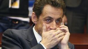 Nicolas Sarkozy fala ao telefone em Bruxelas, 2009