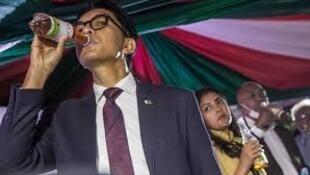Shugaban kasar Madagascar Andry Rajoelina yayin kaddamar da 'Covid-Organics', magani kuma rigakafin cutar coronavirus na gargajiya.