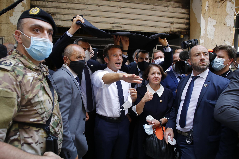 Em Beirute, Emmanuel Macron foi interpelado por libaneses que pediam ajuda para a mudança de governo.