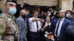 Le président français Emmanuel Macron dans une rue dévastée de Beyrouth, le 6 août 2020.