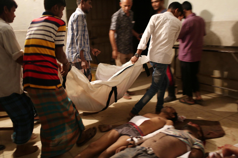 Les corps des victimes sont déplacés après l'explosion dans une usine textile à Gazipur, au Bangladesh, le 4 juillet 2017.