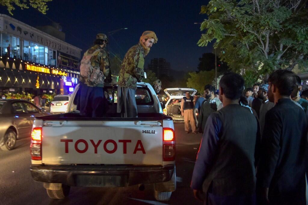 Chiến binh Taliban trước sân bay Kabul (Afghanistan) ngày 26/08/2021 sau hai vụ khủng bố tự sát mà nhóm Nhà Nước Hồi Giáo Khorosan IS-K đã nhận là thủ phạm.