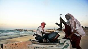 Des pirates se préparent à aborder un navire international.