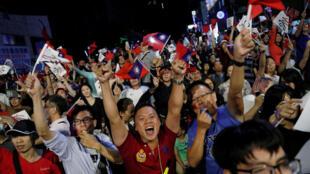 Les supporters du KMT fêtent la victoire de leur parti aux élections locales taiwanaises, le 24 novembre 2018.