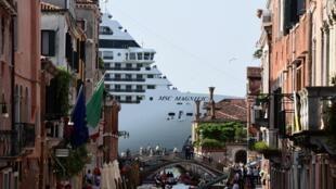 Veneza quer limitar os transatlânticos em seu porto. Na foto, o navio MSC Magnifica, atracado na cidade italiana em 9 de junho de 2019.