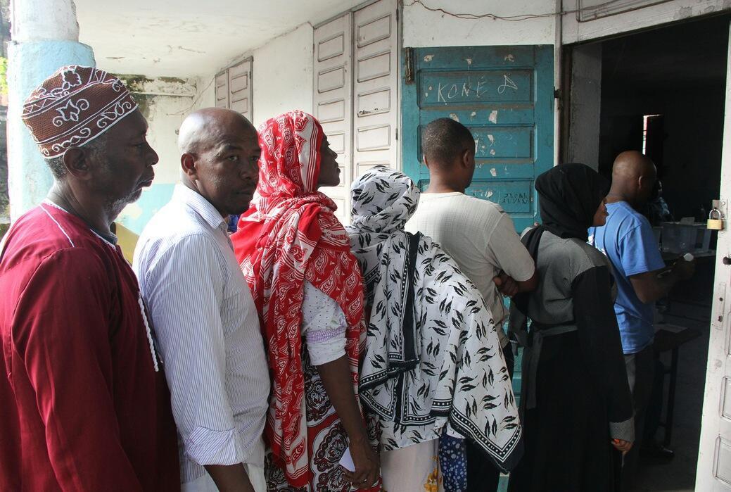 Les électeurs attendent de voter pour l'élection présidentielle à Moroni, sur l'île de Grande Comore, lors du premier tour le 21 février 2016.
