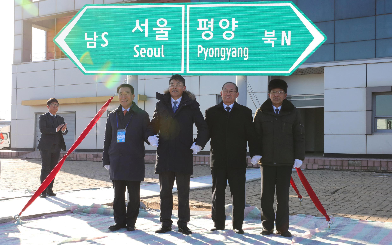 គណៈប្រតិភូកូរ៉េទាំង២ ចាប់ដៃគ្នា បើកសម្ភោធការដ្ឋានសាងសង់ផ្លូវដែក នៅស្ថានីយ៍ Panmun តំបន់ Kaesong ថ្ងៃទី២៦ ធ្នូ ២០១៨