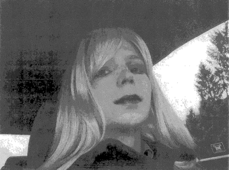 Bức ảnh chụp năm 2010, khi Bradley Manning giả nữ.