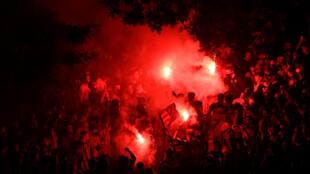 Plusieurs milliers de supporters de l'Atlético de Madrid se sont rassemblés autour de la fontaine de Neptune à Madrid pour célébrer le sacre de leur équipe en Liga, le 22 mai 2021