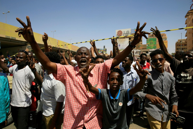 La foule se rassemble et crie son soutien au Premier ministre Abdalla Hamdock sur le site de l'attentat qui le visait, à proximité du pont Kober, le 9 mars 2020.