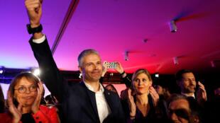 «La droite de retour», slogan inscrit sur le pupitre de Laurent Wauquiez, en meeting lundi 20 novembre à Paris.