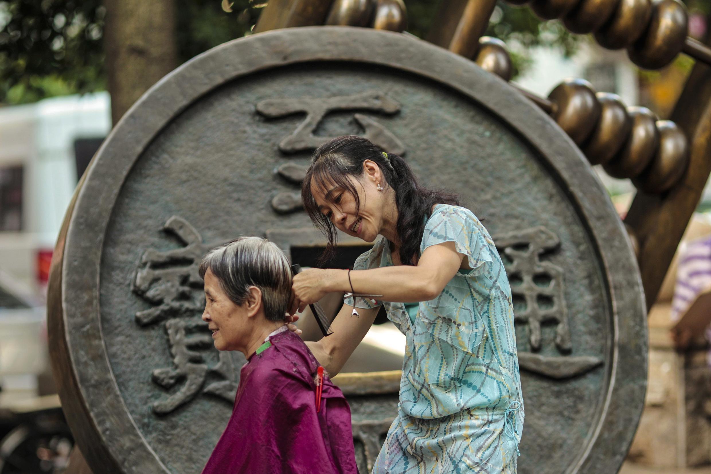 Com a política do filho único e a migração dos jovens em busca de trabalho, a situação dos idosos na China é considerada alarmante. Em um relatório da ONU, o índice de dependência passará de 11 em 2010 para 42 em 2050.
