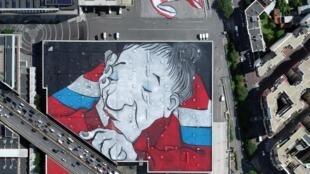 Самое большое граффити в Европе появилось на крыше Выставчного павильона в Париже