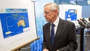 John Young, de l'autorité australienne de sécurité maritime (AMSA), devant la carte des recherches, le 20 mars 2014.
