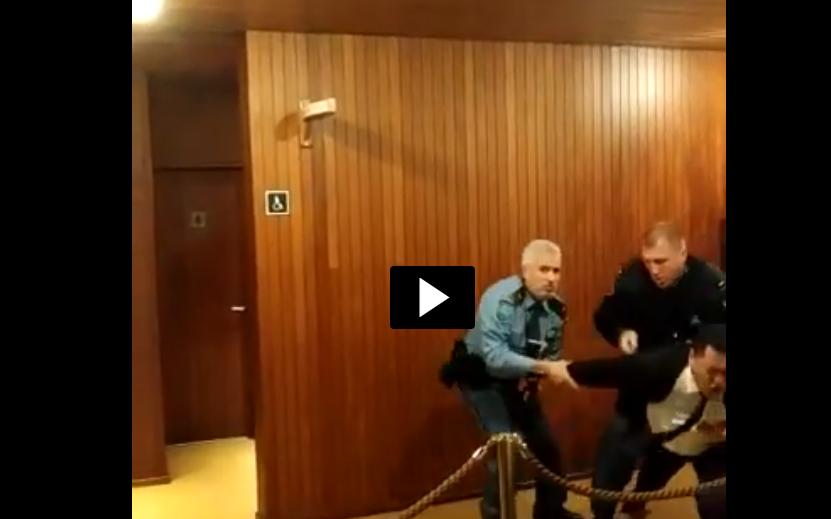 Uno de los asistentes es expulsado violentamente de la Unesco.