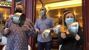 Des restaurateurs protestent contre les mesures à venir contre le coronavirus à Paris, le 2 octobre 2020.