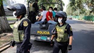 Agentes peruanos patrullan en pleno confinamiento en Lima, el 28 de marzo de 2020.