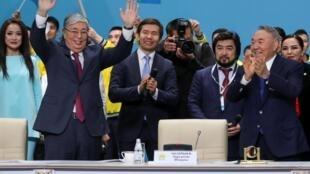 Экс-президент Нурсултан Назарбаев (справа) призвал поддержать навыборах кандидатуру Касым-Жомарта Токаева (слева), 23 апреля 2019