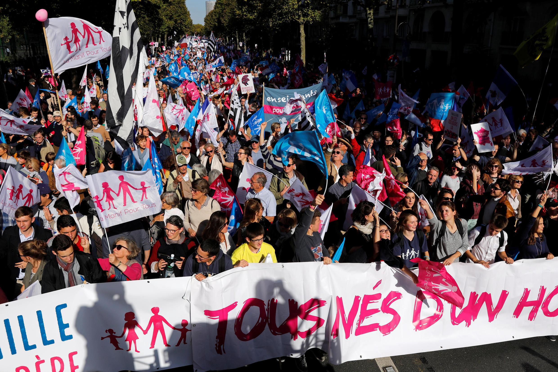 """Manifestantes nas ruas de Paris contra o casamento gay e também contra """"barrigas de aluguel"""" e procriação assistida."""