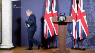 Le Premier ministre Boris Johnson à Downing Street, à l'issue de la conférence de presse annonçant l'accord post-Brexit, le 24 décembre 2020.