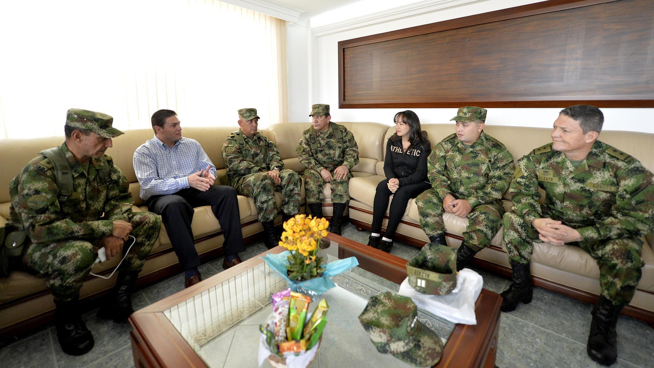 Le ministre colombien de la Défense, Juan Carlos Pinzón, s'entretient avec le général Ruben Dario Alzate, des soldats et une avocate, le 30 novembre 2014.
