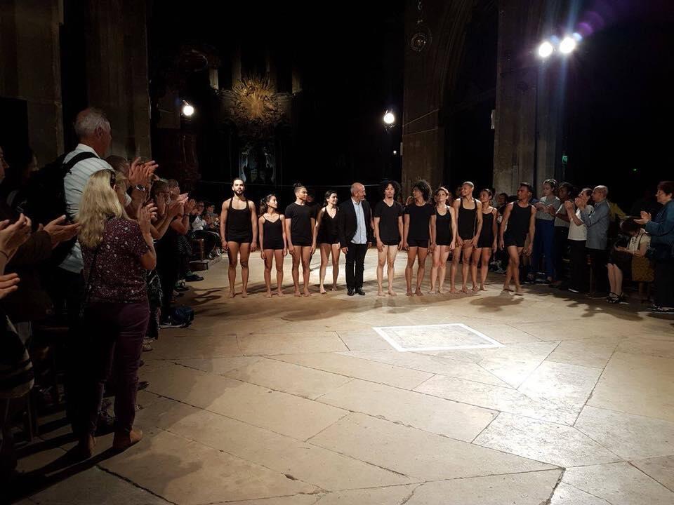 El coreógrafo Álvaro Restrepo con los bailarines del Colegio del Cuerpo en la iglesia Saint Merri el 29 de mayo.