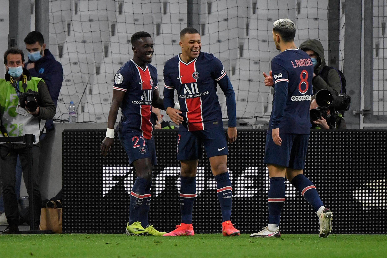 L'attaquant du Paris Saint-Germain, Kylian Mbappé, félicité par ses coéquipiers après avoir ouvert le score contre Marseille, lors de leur match en L1, le 7 février 2021 au stade Vélodrome