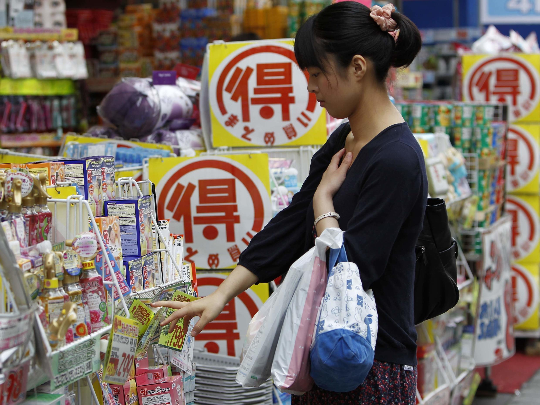 Tại một cửa hàng ở Tokyo ngày 28/06/2013. Liệu kinh tế Nhật Bản có mang lại thịnh vượng đồng đều cho các tập đoàn và cho người dân?