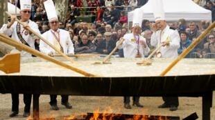 В городе Бессьере на юге Франции в пасхальный понедельник ежегодно пекут гигантский омлет