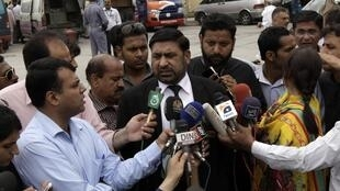 Le procureur Chaudhry Zulfikar Ali s'adressant aux journalistes à l'extérieur de la cour anti-terroriste, à Rawalpindi, le 26 avril 2013.